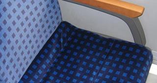Sitz in der Bahn mit 1. Klasse Bezug