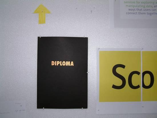 Diplom-Urkunde an der Pinnwand